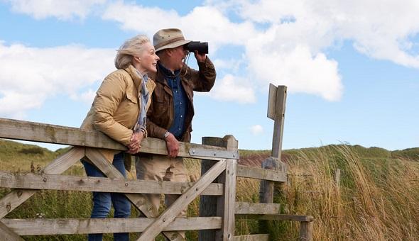 Älteres Ehepaar ist auf Reisen und blickt in die Ferne