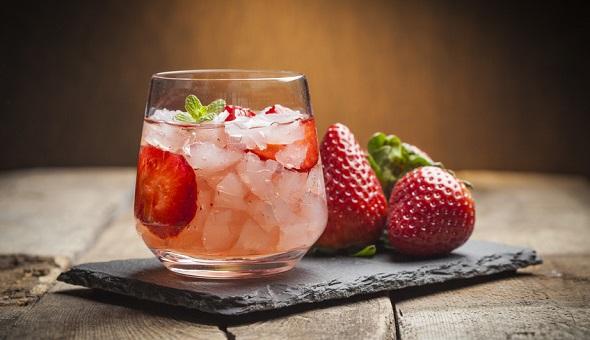 Getränke lassen sich mit Obst und Eiswürfeln aufpeppen