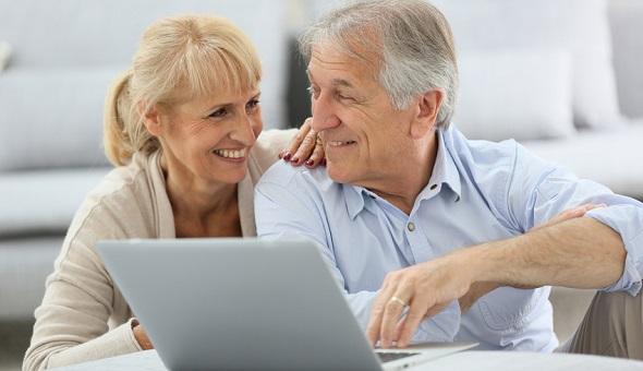 Die ältere Generation beschäftigt sich mit Computern
