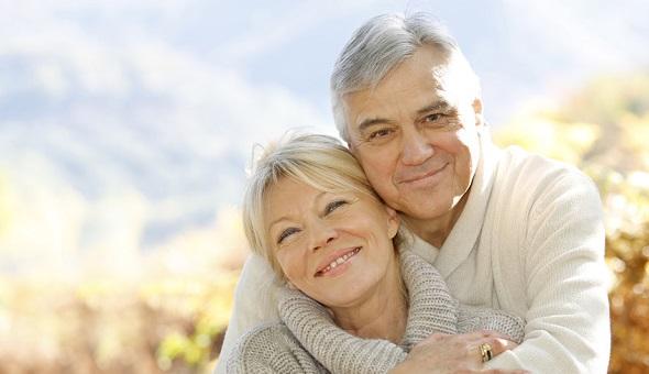 Älteres Paar scheint sichtlich entspannt