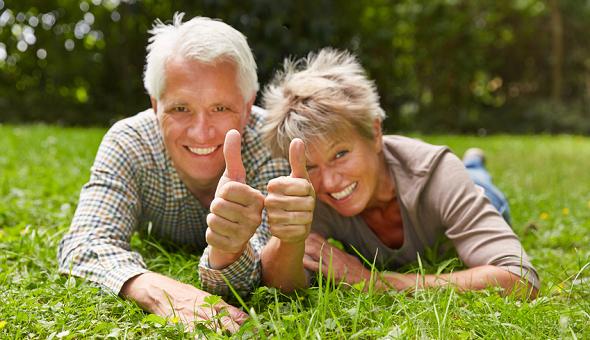 Älteres Paar ist glücklich und strahlt in die Kamera