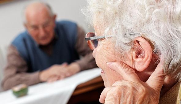 Ältere Dame mit Makuladegeneration