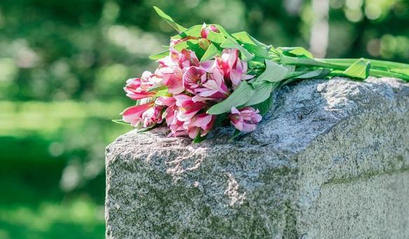 e nach Glaube, Kultur und Tradition gibt es verschiedene Möglichkeiten der Bestattung.