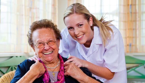 Eine Pflegerin bei einer Patienten.