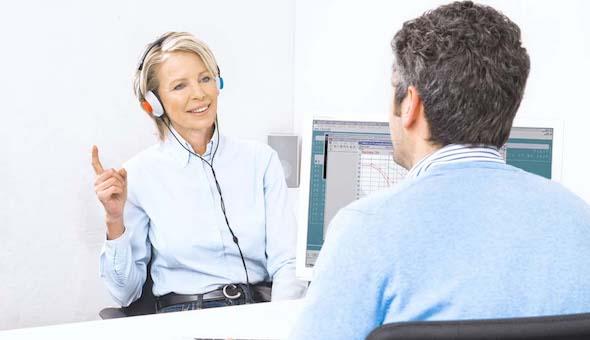 Frau im mittleren Alter macht einen Hörtest.