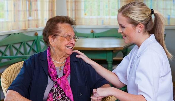 Eine Pflegerin der Hauskrankenpflege besucht eine Patientin