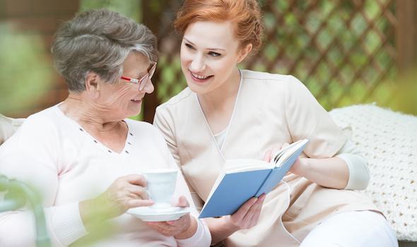 24-Stunden-Pflegekräfte pflegen nicht nur, sondern wirken der Vereinsamung entgegen.