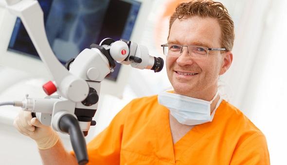 """Das Konzept """"Feste Zähne an einem Tag"""" stellt eine schonende und schmerzfreie Alternative zu herausnehmbaren Zahnprothesen dar."""
