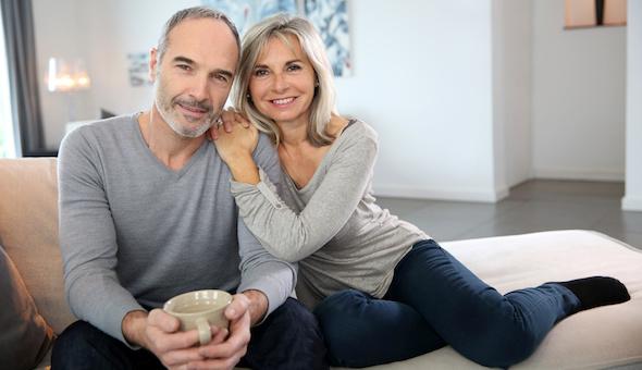Älteres Paar zusammen auf dem Sofa.