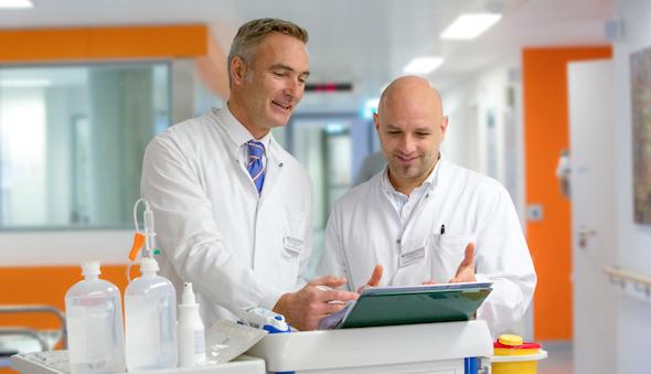 Schulterchirurg PD Dr. Lenich bei einer Besprechung in der Sporttraumatologie desHelios Klinikum München West.