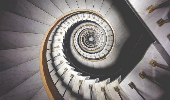 Ob gerade oder kurvig: Ein Treppenlift lässt sich nahezu jeder Treppensituation anpassen.