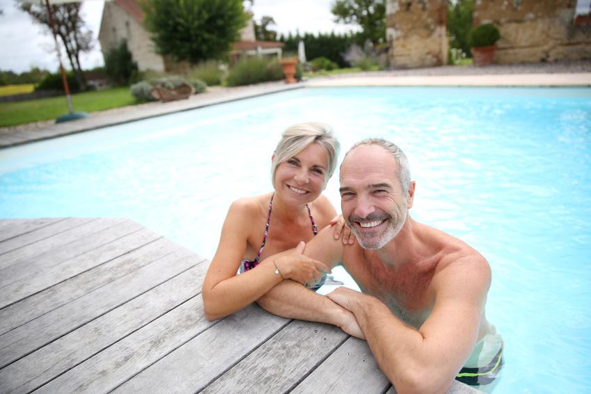 Ein Paar im Schwimmbad