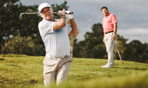 Zwei Männer beim Golfen