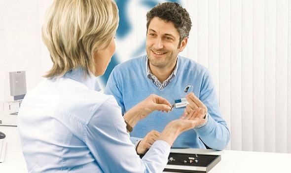 Der Hörakustiker berät Menschen mit Hörminderung bei der Wahl des optimalen Hörsystems.