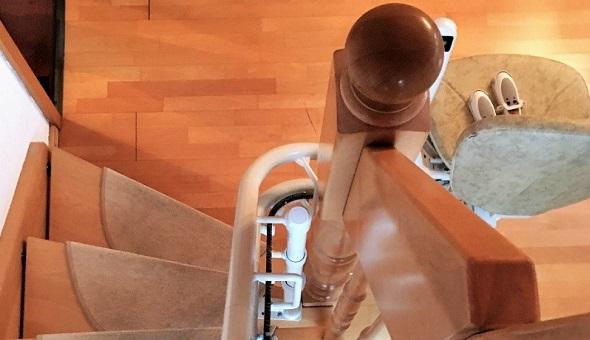 Der Einbau eines Treppenlifts ist auch bei einem kurvigen Treppenverlauf möglich. ©liftberater.de