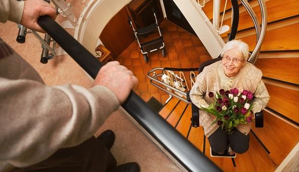 Ein Treppenlift befördert Personen bequem in die nächste Etage.
