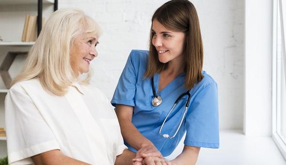 Eine Pflegezusatzversicherung beugt dem Risiko vor, mit seinem privaten Vermögen für den Fall einer Pflegebedürftigkeit aufkommen zu müssen.
