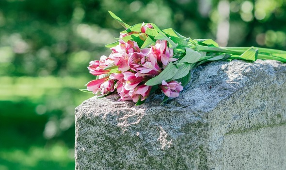 Je nach Bestattungsform fallen die Beisetzungskosten unterschiedlich aus.
